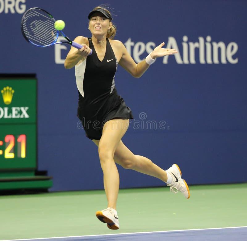 Vijf keer Grand Slam-Kampioen Maria Sharapova van Rusland in actie tijdens haar het US Openronde van 2018 van gelijke 32 royalty-vrije stock foto's