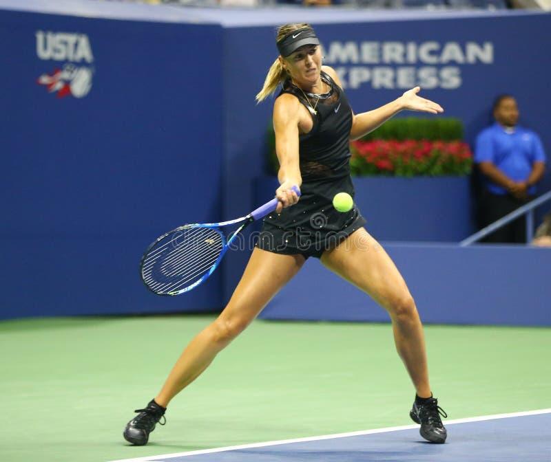 Vijf keer Grote Slagkampioen Maria Sharapova van Rusland in actie tijdens haar US Open 2017 eerste ronde gelijke stock afbeeldingen