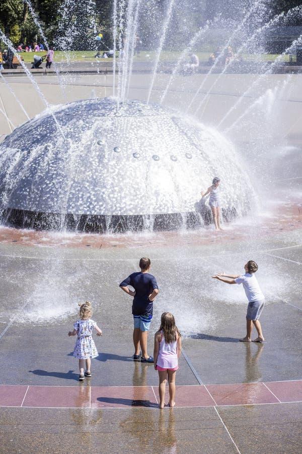 Vijf Kinderen die en in de Fontein van Seattle bekijken spelen stock afbeelding