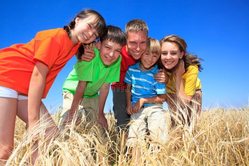 Vijf kinderen op tarwegebied stock afbeeldingen