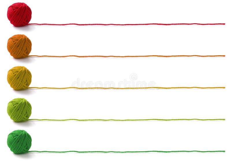 Vijf kleuren van garenballen stock afbeeldingen