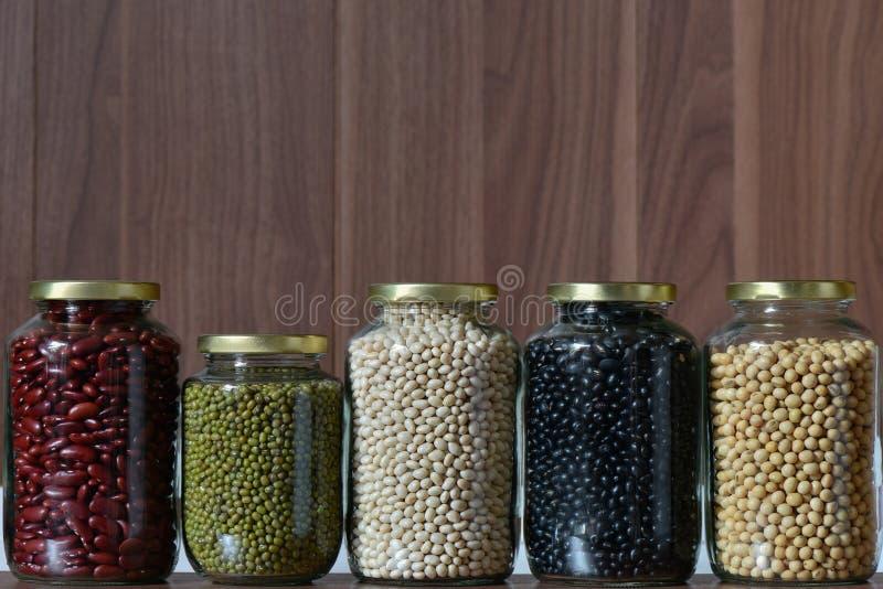 Vijf kleurenboon in een glaskruik stock foto's