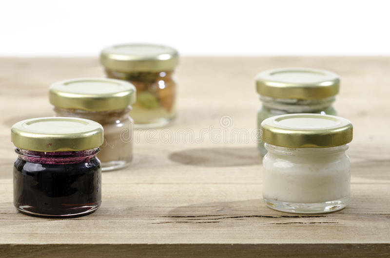Vijf kruiken honing van differentsaroma's royalty-vrije stock afbeelding