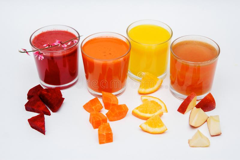 Vijf lange glazen met sap van wortel, komkommer, tomaat, bieten en pompoen, groenten die op witte achtergrond worden geïsoleerd stock foto's