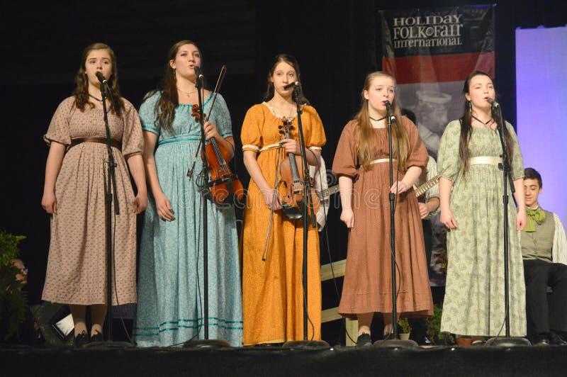 Vijf Meisjes het Zingen stock afbeeldingen