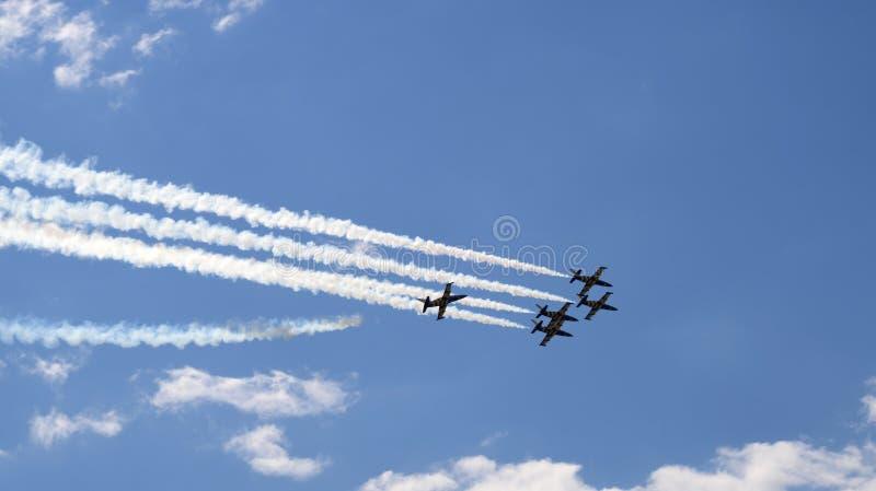Vijf militaire propellervliegtuigen die in de groep vliegen stock fotografie