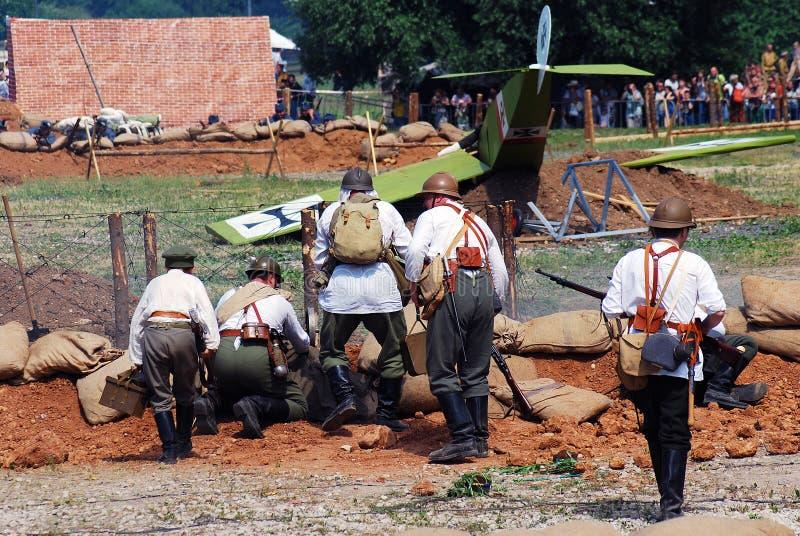 Vijf militairen treffen voor de slag voorbereidingen stock afbeelding