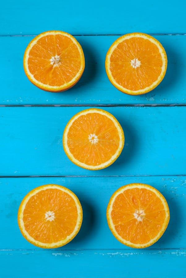 Vijf oranje cirkels op blauwe lijst stock afbeelding