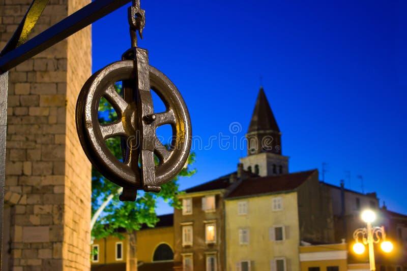 Vijf putten regelen katrol in Zadar stock afbeelding
