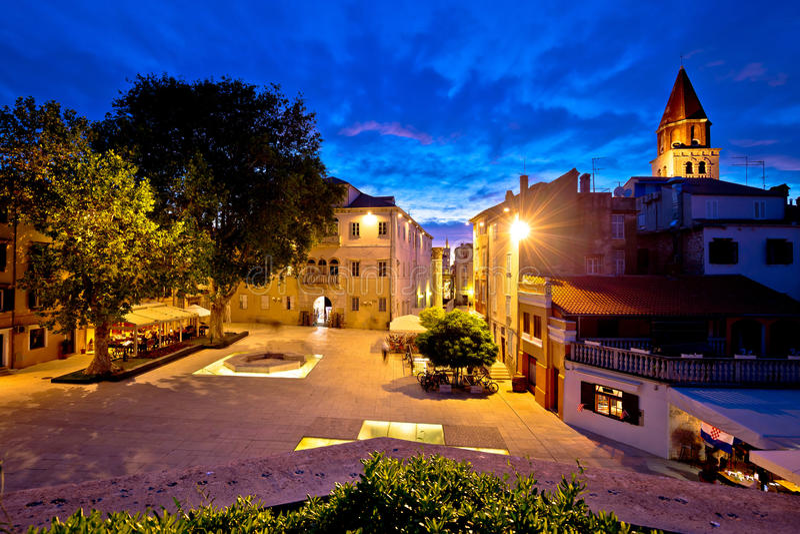 Vijf puttenvierkant in Zadar-nachtmening royalty-vrije stock foto