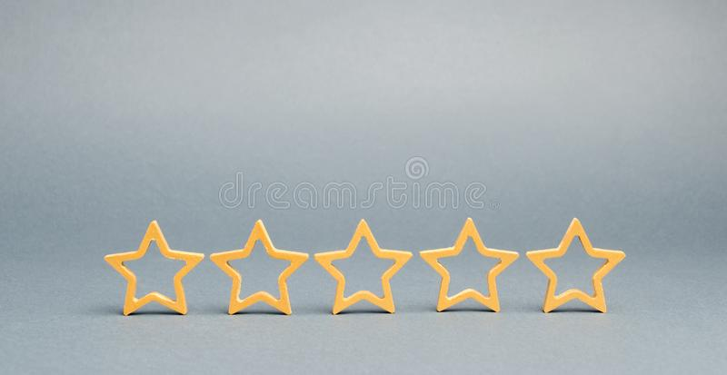 Vijf sterren op een grijze achtergrond Het concept de beste huisvesting, VIP van luxeflats klasse De beste dienst en het algemene royalty-vrije stock foto