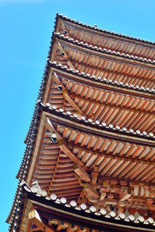 Vijf-Storied pagodedaken en blauwe hemel stock fotografie