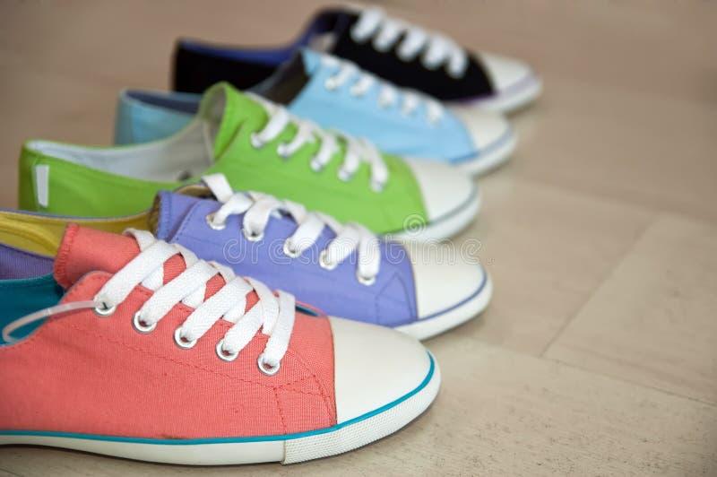 Vijf verschillende kleurenschoenen stock afbeelding