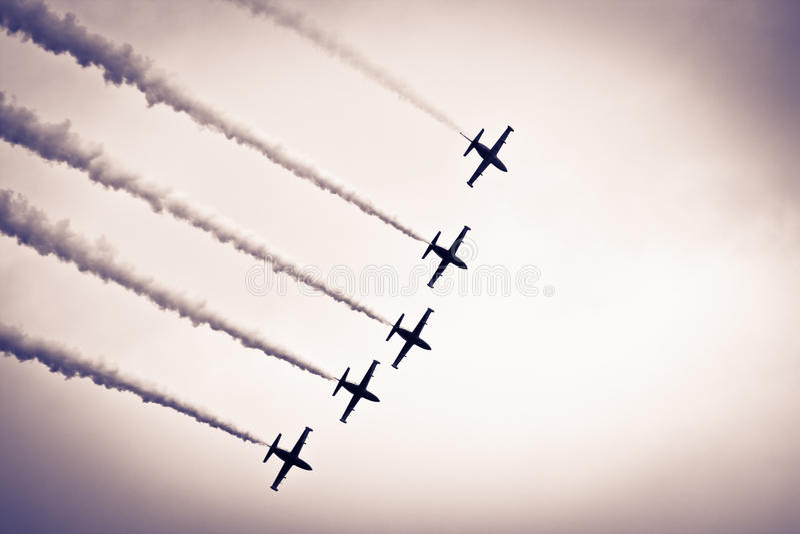 Vijf vliegtuigen in de hemel stock foto