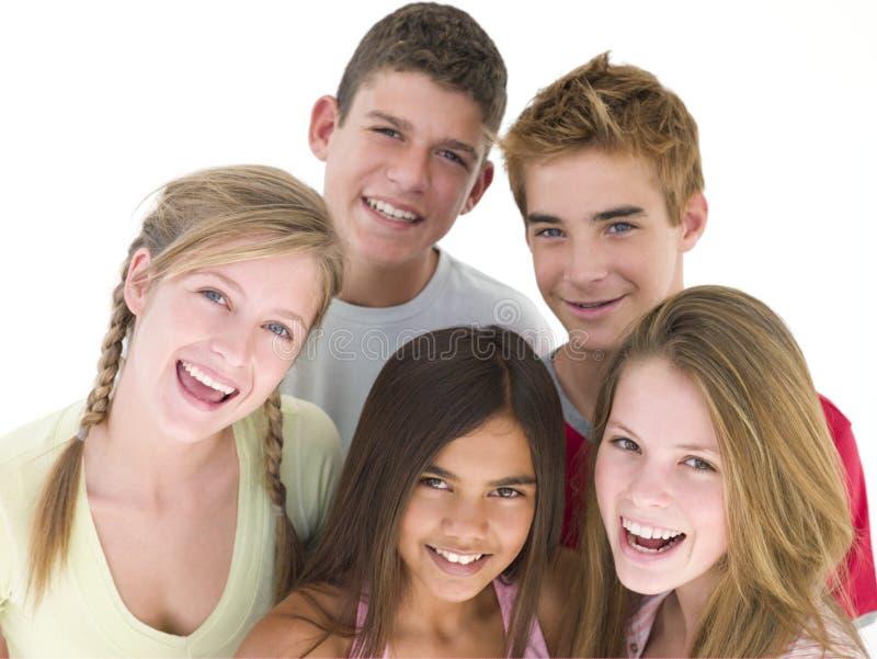 Vijf vrienden die samen glimlachen royalty-vrije stock foto's