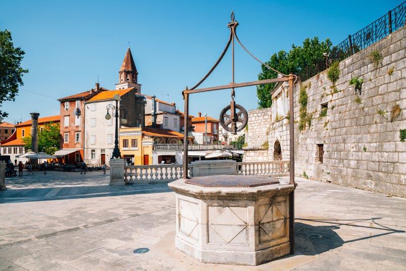 Vijf waterpleinen en oude stad in Zadar, Kroatië stock foto's
