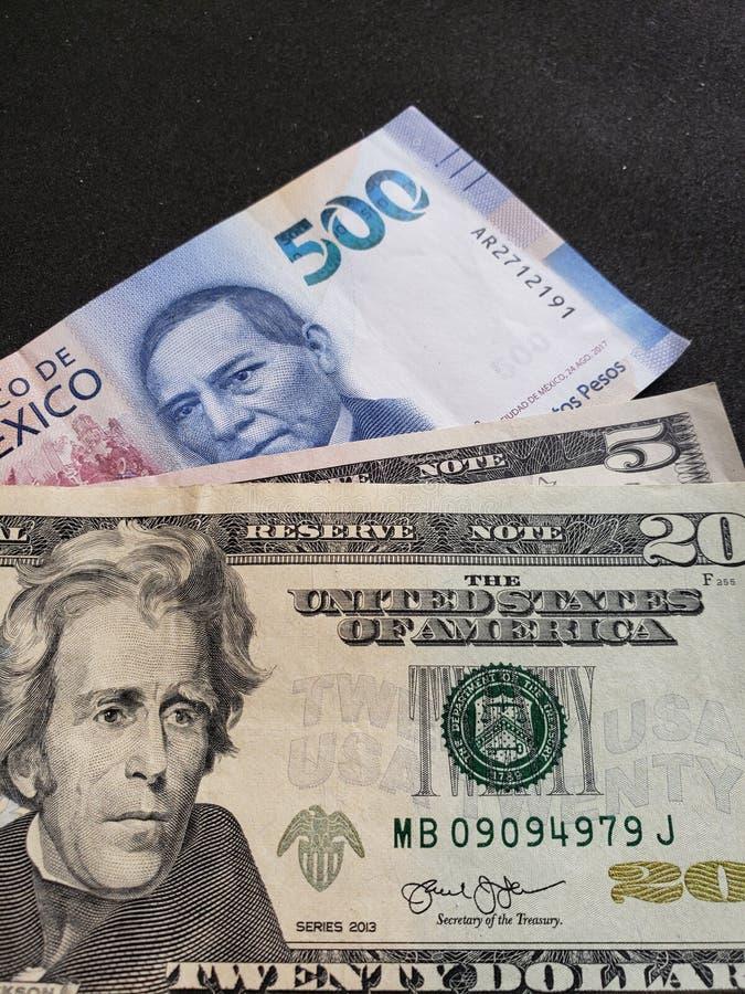 vijfentwintig dollars in Amerikaans rekeningen en bankbiljet van 500 Mexicaanse peso's