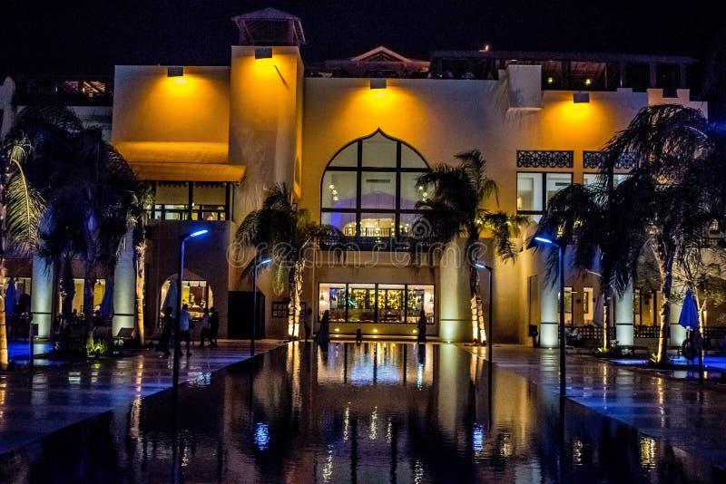 Vijfsterren hotel bij nacht royalty-vrije stock afbeelding