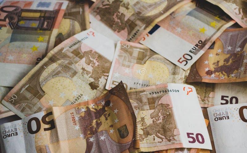 Vijftig euro die bankbiljetten op de vloer worden verspreid stock fotografie