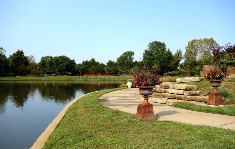 Vijver bij Parkarboretum Over land royalty-vrije stock foto's