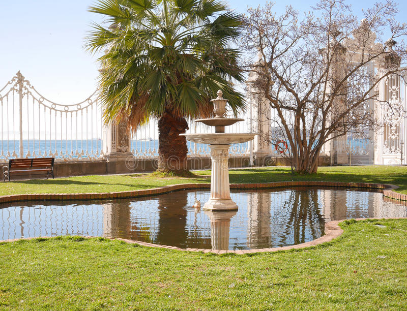 Vijver in een tuin bij Dolmabahce-Paleis, Istanboel royalty-vrije stock fotografie