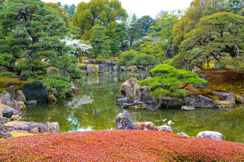 Vijvertuin en het modelleren van in tradtional Japanse stijl royalty-vrije stock foto's