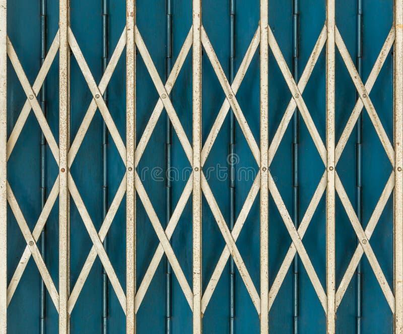 Vik blå färg för den i stånd metalltappningdörren arkivfoto