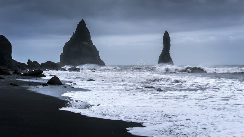 Vik e colonne del basalto, spiaggia di sabbia nera in Islanda fotografia stock libera da diritti
