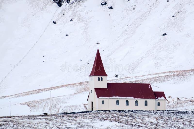 VIK/ICELAND - FEBRUARI 02: Sikt av kyrkan på Vik Iceland på Februari 0 arkivfoto