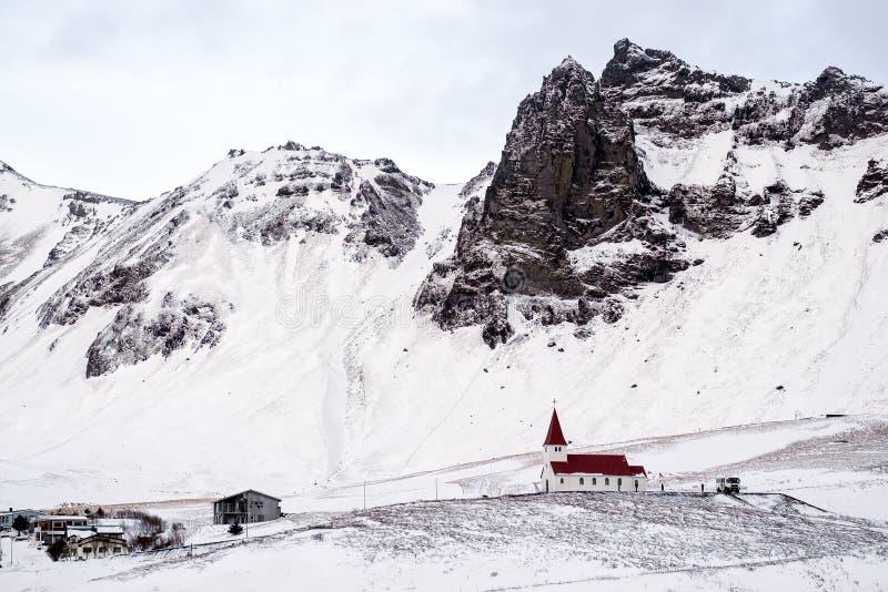 VIK/ICELAND - FEBRUARI 02: Sikt av kyrkan på Vik Iceland på Februari 0 arkivbilder