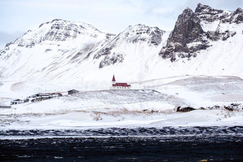 VIK/ICELAND - FEBRUARI 02: Sikt av kyrkan på Vik Iceland på Februari 0 royaltyfri bild