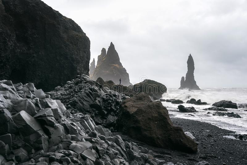 Vik och basaltkolonner, svart sandstrand i Island royaltyfri foto