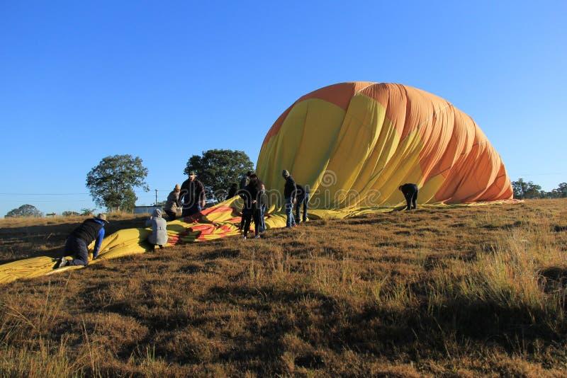 Vika och packa en ballong för varm luft arkivfoton