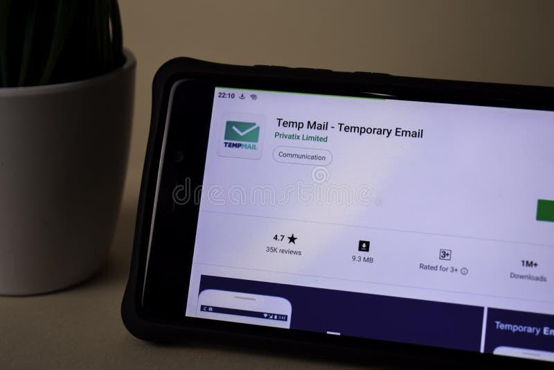 Vikariepost - tillf?llig Emailb?rare-applikation p? den Smartphone sk?rmen Den tillfälliga emailen är royaltyfri fotografi