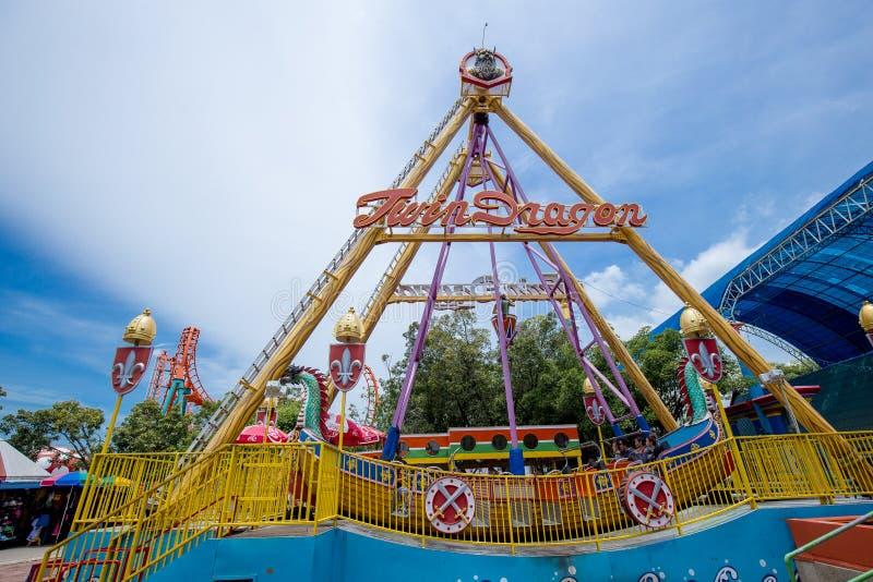 Viking łodzi imienia Bliźniaczy smok w themepark z pięknym niebem zdjęcie stock