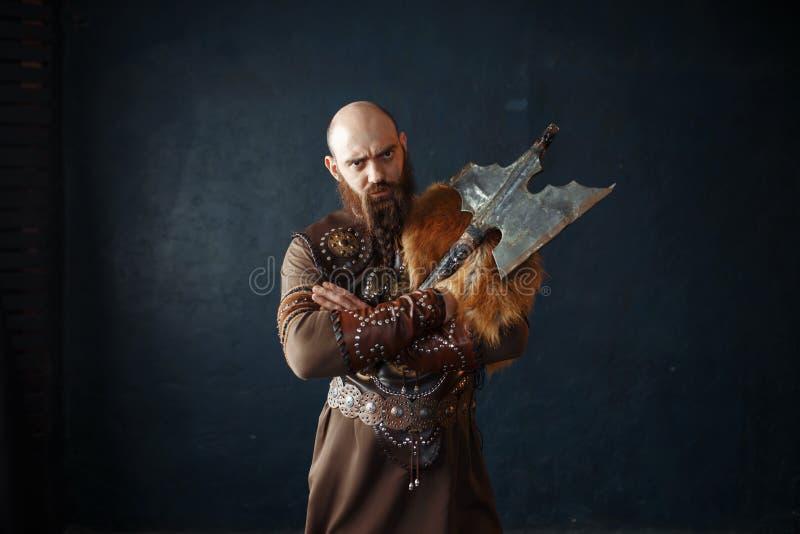 Viking avec la hache dans des vêtements nordiques traditionnels images stock