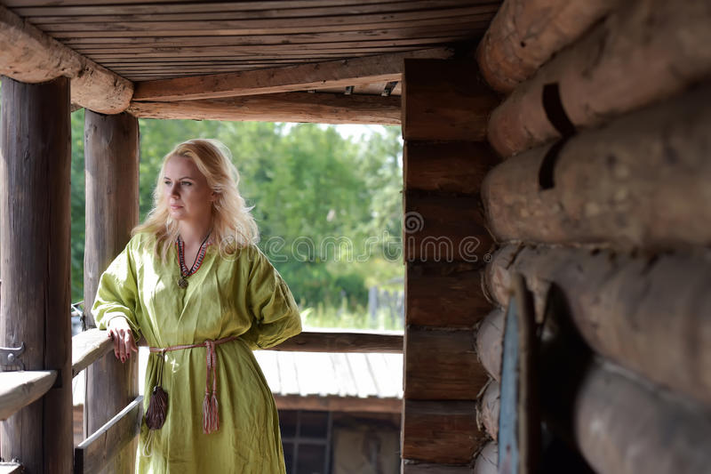 Viking blond flicka i en grön klänning royaltyfri fotografi