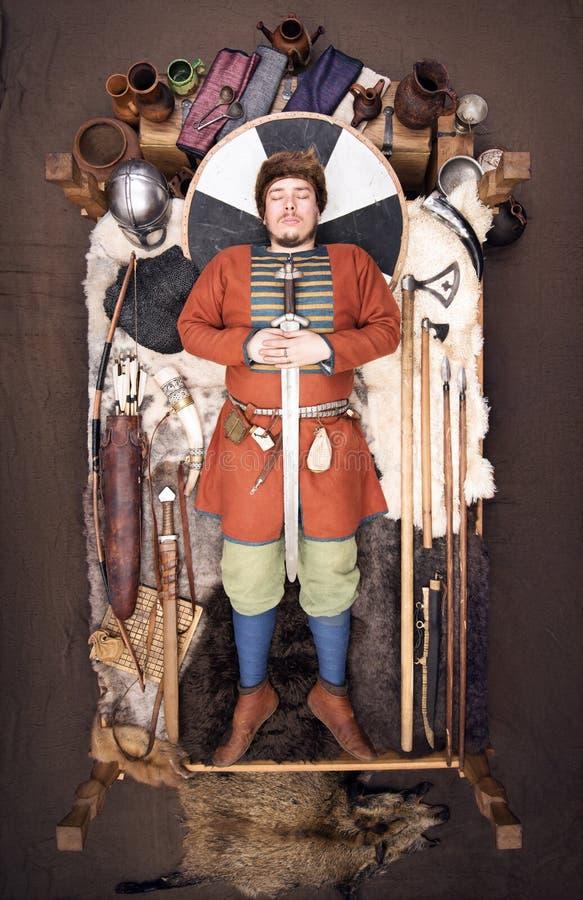 Viking Burial Reconstrucción histórica de las aduanas de la gente antigua fotografía de archivo