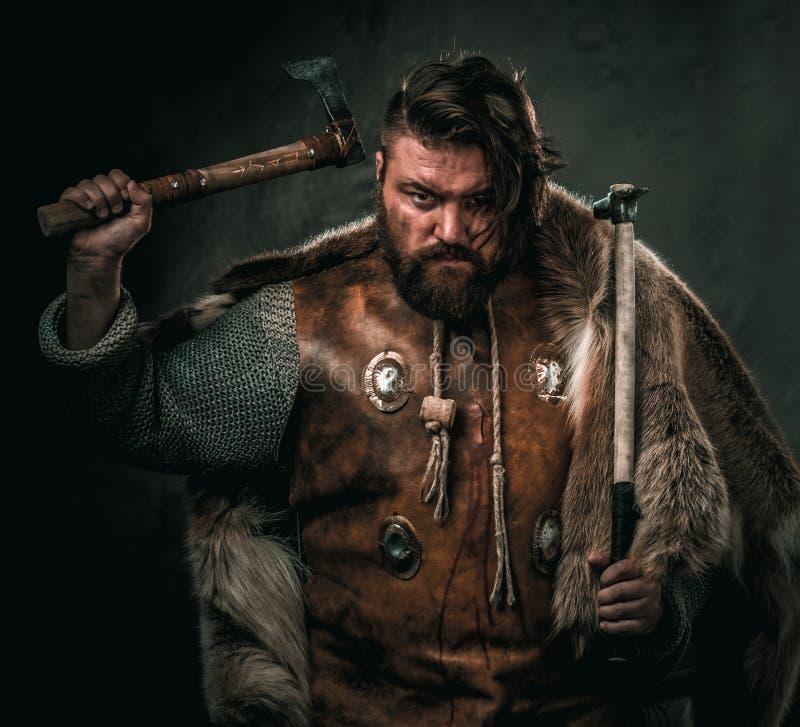 Viking con el arma fría en un guerrero tradicional viste imagen de archivo libre de regalías