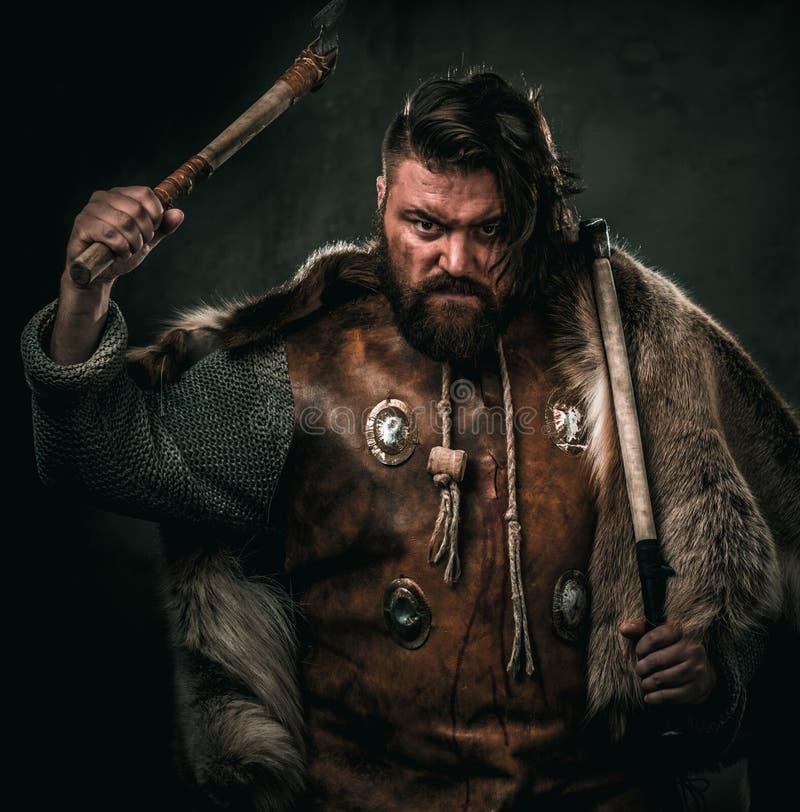 Viking con el arma fría en un guerrero tradicional viste foto de archivo libre de regalías