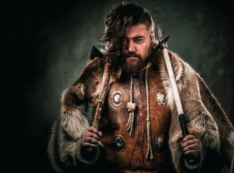 Viking con el arma fría en un guerrero tradicional viste fotografía de archivo
