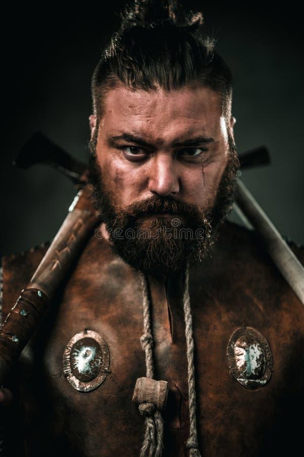 Viking con el arma fría en un guerrero tradicional viste fotos de archivo libres de regalías