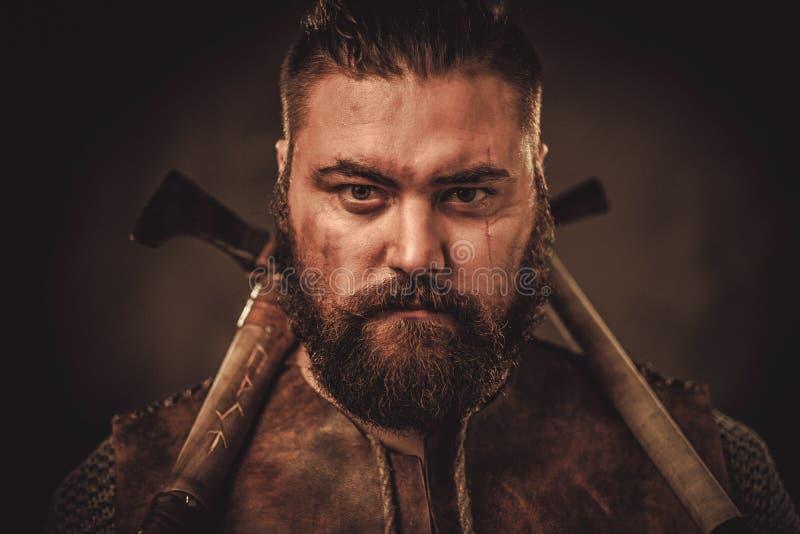 Viking con las hachas en un guerrero tradicional viste imágenes de archivo libres de regalías