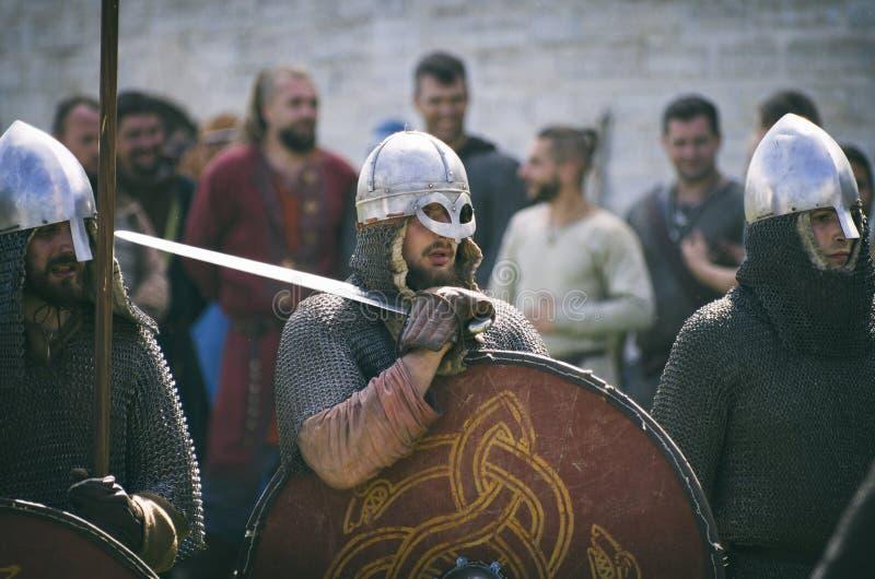 Viking dans la cotte de maille et tenir une épée sur son épaule photo stock