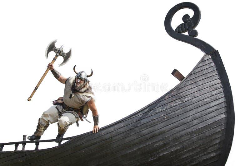 Viking farpado irritado forte com salto do machado imagem de stock