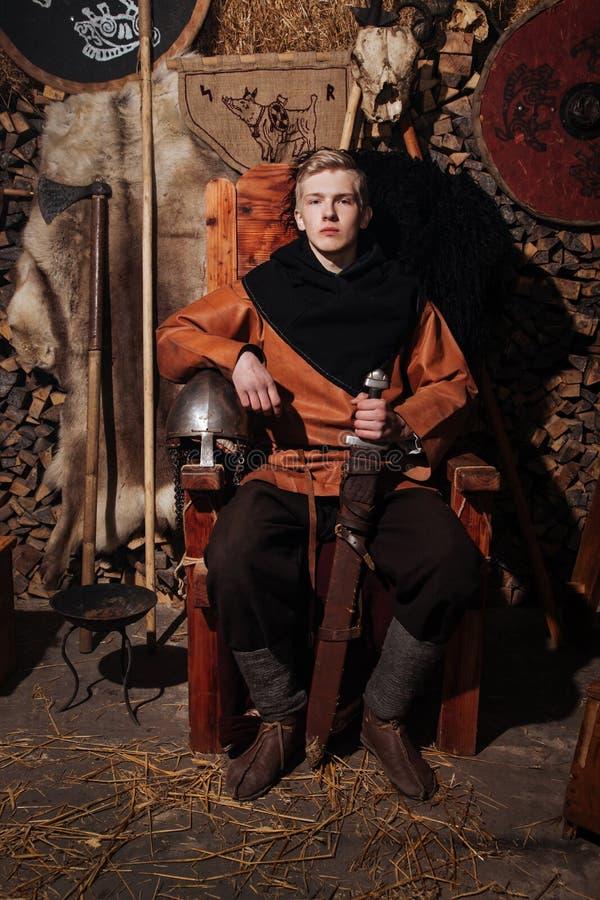 Viking-het weer invoeren van het het zwaardrek van zwaardhandvatten smeedt van het de strijderswapen van Smith van de de uitrusti royalty-vrije stock foto's