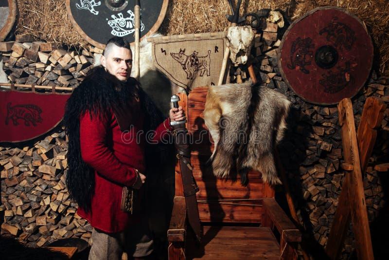 Viking-het weer invoeren van het het zwaardrek van zwaardhandvatten smeedt van het de strijderswapen van Smith van de de uitrusti royalty-vrije stock afbeelding