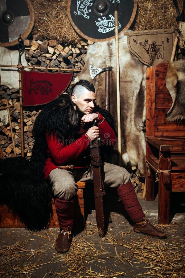Viking-het weer invoeren van het het zwaardrek van zwaardhandvatten smeedt van het de strijderswapen van Smith van de de uitrusti stock foto