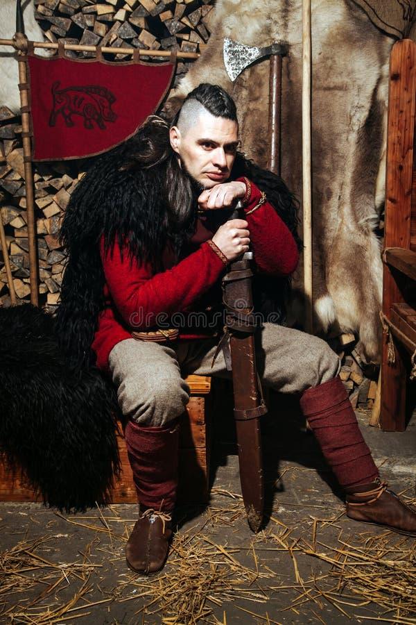 Viking-het weer invoeren van het het zwaardrek van zwaardhandvatten smeedt van het de strijderswapen van Smith van de de uitrusti stock afbeelding