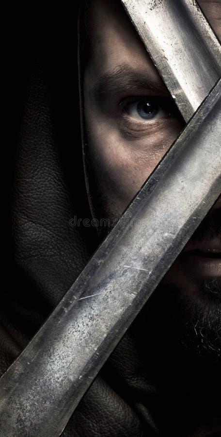 Viking-Krieger in der Haube mit dem Schnurrbart, borded Schauen während t lizenzfreie stockfotos